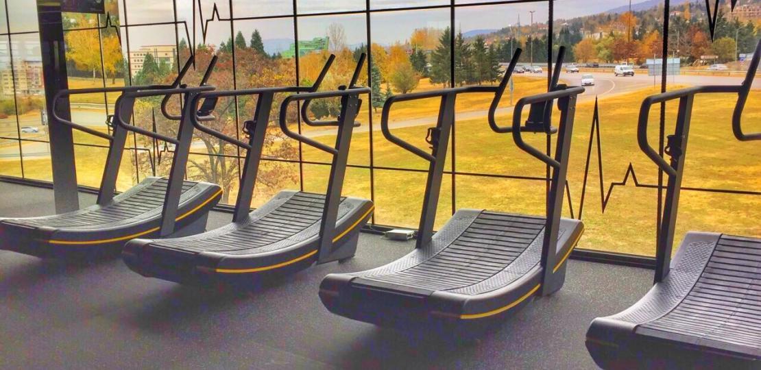 Pulse Fitness & Spa снабдява кардио зоните си с извити пътеки
